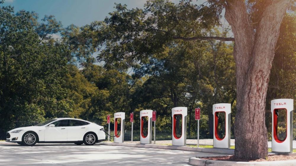 Tesla og Fortum Charge & Drive sitt nye anlegg blir verdens største hurtigladestasjon for elbiler. Foto: Tesla