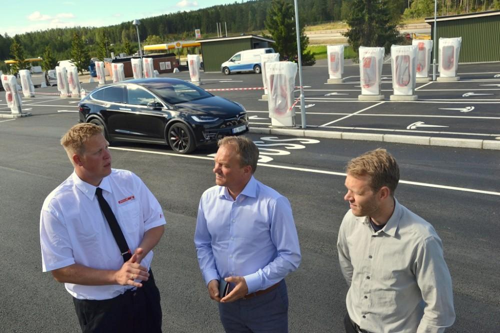 Morten Østnor ved Nebbenes Kro sier til Erlend Stornæs og Daniel Bügel at han var skeptisk til elbiler: – Men det var for to år siden. Nå synes jeg elbil er genialt!