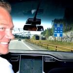 Sparer mye: Erlend Stornæs gliser bak rattet sin splitter nye Tesla Model X. Han kjører gratis gjennom bomstasjonen.