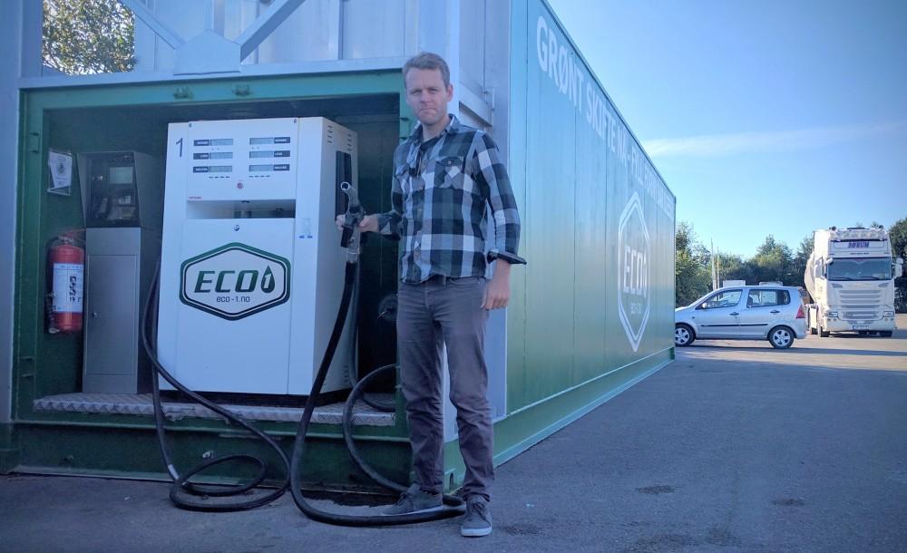 – Nå kan dieselbileiere også kjøre klimavennlig, med biodiesel på tanken, sier den norske prosjektlederen Daniel Bügel i Interreg-prosjektet Green Drive Region.
