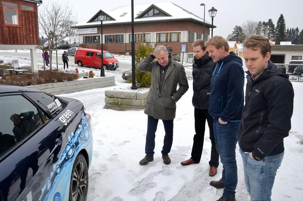 Borge Nordfjeld, Eric Anthony Kaberg og Thomas Hansen hos Magnor Energisenter fikk oppleve at hydrogen er godt egnet som energikilde i biler, her sammen med Daniel Bügel i GDR.