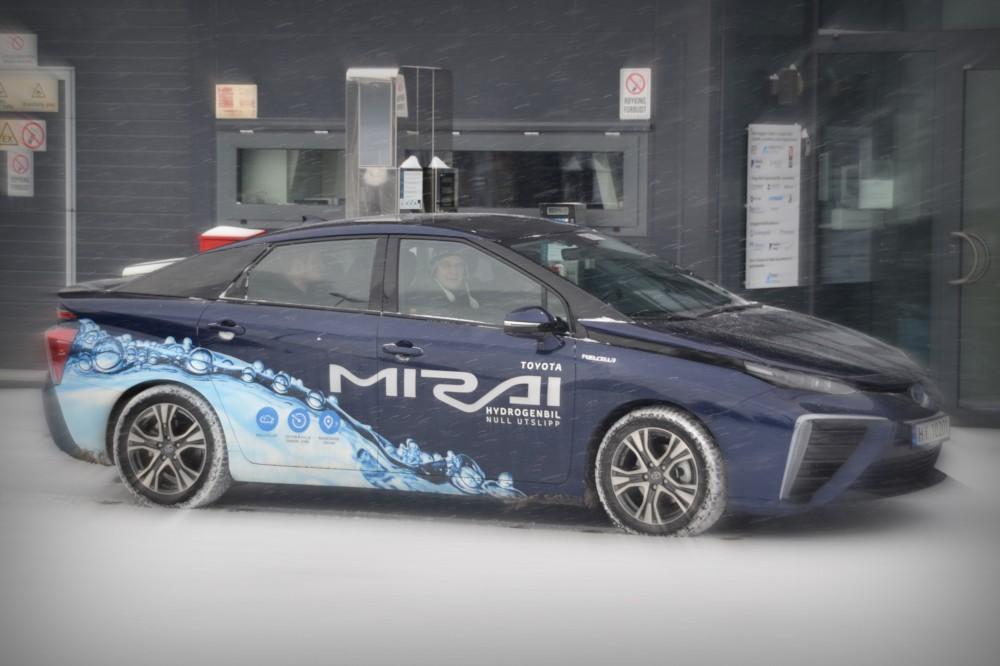 Store bilprodusenter som satser på brenselceller er avgjørende for salget av hydrogenbiler.